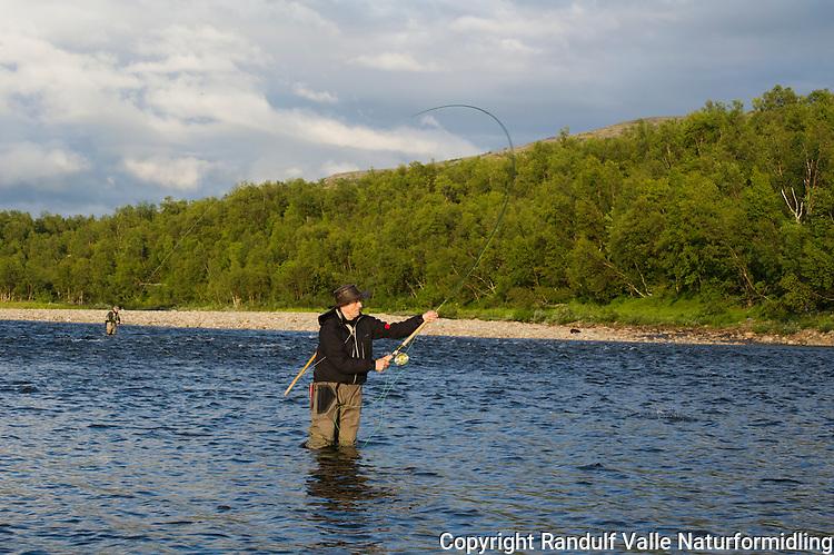 Mann fisker med flue i Repparfjordelva. ---- Man fly fishing in Repparfjordelva.