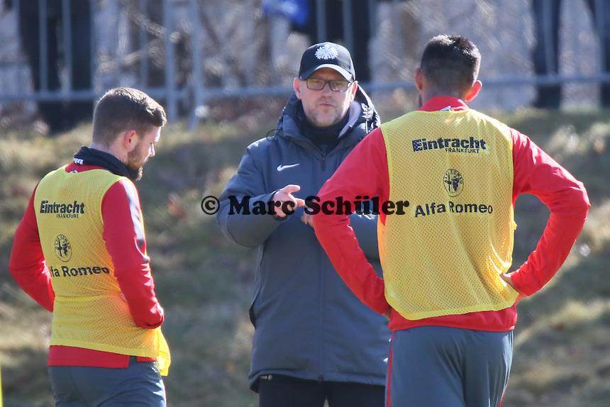 Trainer Thomas Schaaf im Einzelgespräch mit Marc Stendera und Carlos Zambrano - Eintracht Frankfurt Training, Commerzbank Arena