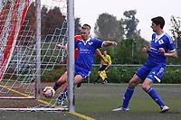 Vincent Rohleder (Michelstadt) kann den Schuss zum 2:1 von Nils Beisser (SKV Büttelborn) erst hinter der Linie klären - Büttelborn 24.09.2017: SKV Büttelborn vs. VfL Michelstadt