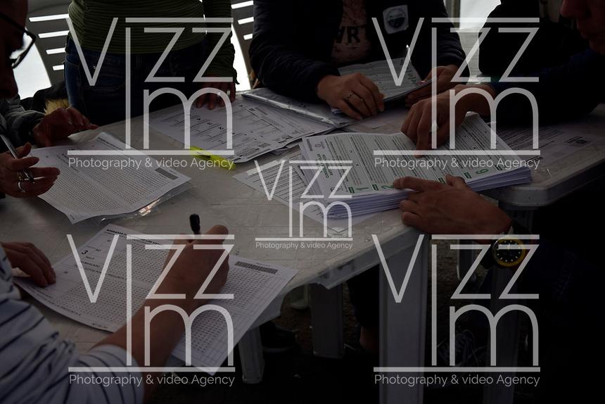 """BOGOTA - COLOMBIA, 26-08-2018: Colombianos asisten a las urnas hoy, 26 de agosto de 2018, para votar la Consulta Popular Anticorrupción """"#7vecesSi, la cual es una iniciativa liderada por la senadora colombiana Claudia López y tiene como finalidad frenar uno de los principales males de Colombia que es la Corrupción. /   Colombians came to the polls today, August 26, 2018, to vote the Anticorruption Populat Consult, #7vecesSi, wich is an iniciative leadership by congress woman Claudia Lopez and has a intention to fight against the one of the biggest problems in Colombia: the corruption. Photo: VizzorImage / Nicolas Aleman / Cont"""