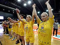 1. Bundesliga Handball Frauen - Punktspiel HC Leipzig (HCL) : DJK / MJC Trier - Arena Leipzig - im Bild: HCL Jubel - Sieg nach Maß - vorn die beiden Zwilling Stefanie (r.) und Jaqueline Hummel (2.v.r.). Foto: Norman Rembarz ..