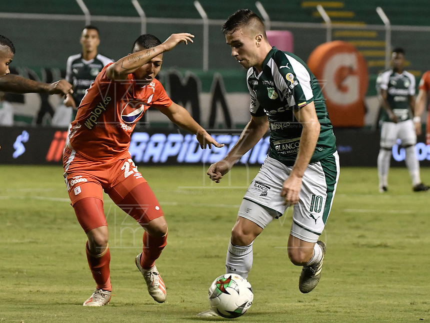 PALMIRA - COLOMBIA, 20-11-2019: Agustin Palavecino del Cali disputa el balón con Juan Nieva de America durante partido entre Deportivo Cali y América de Cali por la fecha 4, cuadrangulares semifinales, de la Liga Águila II 2019 jugado en el estadio Deportivo Cali de la ciudad de Palmira. / Agustin Palavecino of Cali vies for the ball with Juan Nieva of America during match between Deportivo Cali and America de Cali for the date 4, quadrangulars semifinals, as part of Aguila League II 2019 played at Deportivo Cali stadium in Palmira city. Photo: VizzorImage / Gabriel Aponte / Staff