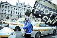 20160907/ Javier Calvelo - adhocFOTOS/ URUGUAY/ MONTEVIDEO/ Paro de taxis y concentraci&oacute;n en el Palacio Legislativo en rechazo a Uber. El sindicato de trabajadores del taxi (Suatt) realiz&oacute; un paro en rechazo al funcionamiento de la aplicaci&oacute;n de transporte Uber y luego instalaron una carpa.<br /> En la foto:   Trabajadores del taxi Suatt durante la manifestaci&oacute;n en la inmediaciones del Palacio Legislativo. Foto: Javier Calvelo/ adhocFOTOS