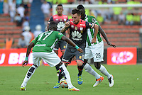 MEDELLÍN -COLOMBIA-22-MAYO-2016.Rodin Quinones  (Izq.) de Atlético Nacional  disputa el balón con Jonathan Gomez (Der.) de Santa Fe   durante partido por la fecha 19 de Liga Águila I 2016 jugado en el estadio Atanasio Girardot ./ Rodin Quinones (L) of Atletico Nacional  for the ball with Jonathan Gomez (R) of Santa Fe during the match for the date 19 of the Aguila League I 2016 played at Atanasio Girardot  stadium in Medellin . Photo: VizzorImage / León Monsalve  / Contribuidor