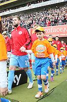 Kinder der SG Dornheim laufen mit Eintracht Frankfurt beim Derby ein - 1. FSV Mainz 05 vs. Eintracht Frankfurt, Coface Arena