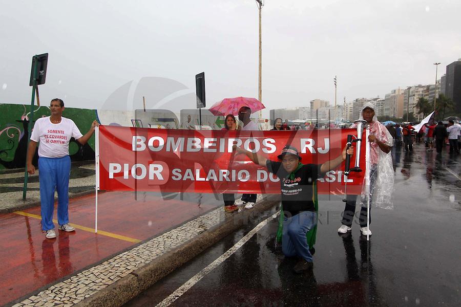 RIO DE JANEIRO, RJ, 29 DE JANEIRO DE 2012 - MANIFESTACAO BOMBEIROS - Bombeiros realizam manifestação na praia de Copacabana, zona sul do Rio de Janeiro, na manhã deste domingo (29). A categoria reivindica melhores condições de trabalho e reajuste salarial. Membros das polícias militar e civil, além da guarda municipal, apoiaram os colegas durante o ato pacífico. (FOTO: GUTO MAIA - NEWS FREE).