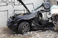 SAO PAULO, SP 22.10.2014 - ACIDENTE DE TRANSITO COM OBITO - Veículo colide com um poste na madrugada desta quarta-feira (22) na Estrada do Itapecerica próximo ao  Terminal Capelinha na zona sul da cidade de Sao Paulo Segundo as autoridades, o carro participava de um racha quando perdeu o controle e se chocou com um poste da rede elética. O motorista faleceu no acidente.<br /> <br /> (Foto: Fabricoi Bomjardim / Brazil Photo Press)