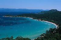 Europe/Provence-Alpes-Côte d'Azur/83/Var/Iles d'Hyyères/Ile de Porquerolles: La plage de la Courtade dans la rade de Porquerolles et la pointe du Lequin vus depuis le Fort Sainte-Agathe