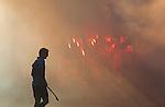 BLOEMENDAAL -   Halve finale play off's hockey Bloemendaal-Laren (6-0). Een Larenspeler in de rook van het vuurwerk langs het veld van de Bloemendaal supporters. COPYRIGHT KOEN SUYK