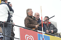 SKUTSJESILEN: LANGWEER: Langwarder Wielen, 13-04-2013, Skûtsjesilen Langwar, John Jorritsma (Commissaris van de Koningin Fryslân) lost het startschot, ©foto Martin de Jong