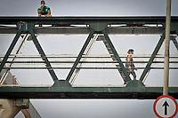 ATENÇÃO EDITOR: FOTO EMBARGADA PARA VEÍCULOS INTERNACIONAIS SÃO PAULO,SP,30 NOVEMBRO 2012 - CENA DO DIA  Um homem é visto  na manhã de hoje sentado em cima de uma passarela na Av. Luiz Ignacio de Anhaia Melo na  na região da Vila Prudente.(FOTO: ALE VIANNA -BRAZIL PHOTO PRESS).