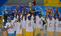 BOGOTÁ -COLOMBIA. 08-06-2014. Jugadores de Cimarrones del Chocó levantan el trofeo como campeones de la  Liga DirecTV de Baloncesto 2014-I de Colombia después de derrotar a Guerreros de Bogotá en el quinto  partido por los playoffs finales realizado en el coliseo El Salitre de Bogotá./ Players of Cimarrones del Choco lift the trophy as champions of the DirecTV Basketball League 2014-I in Colombia after defeated to Guerreros de Bogota in the 5th game for the playoffs finals played at El Salitre coliseum in Bogota. Photo: VizzorImage/ Gabriel Aponte / Staff