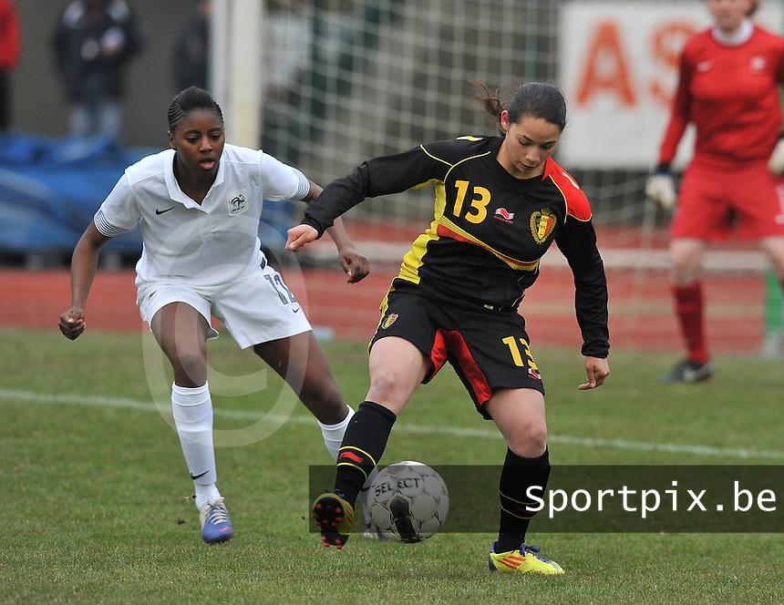 France U19 - Belgium U19 : Lola Wajnblum aan de bal voor Aissatou Tounkara.foto DAVID CATRY / Nikonpro.be