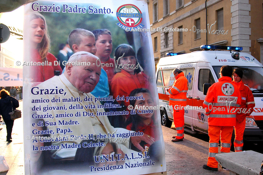 Stato della Città del Vaticano. Funerali di Papa Giovanni Paolo II. .Vatican City State. Funeral of Pope John Paul II..Volontari mentre assistono i fedeli. Volunteers while assist the faithful......