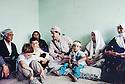 Irak 1991.Nechirvan Barzani avec ue famille de Dohok.Iraq 1991 .Nechirvan Barzani with a family of Duhok