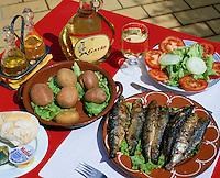 Portugal, Algarve, Albufeira: gegrillte Sardinen zum Mittag | Portugal, Algarve, Albufeira: Sardine lunch in Albufeira restaurant