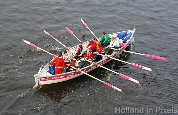 Nederland Zaandam 2016.  Stichting Zaanslag organiseert het eerste Midwinter Sprintkampioenschap op de Zaan. Dit team is gekleed in kerst outfit.  Foto Berlinda van Dam / Hollandse Hoogte
