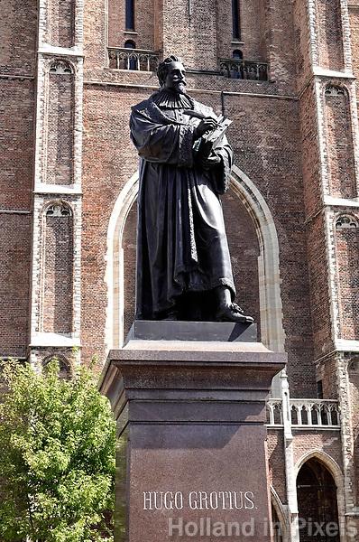 Nederland Delft - Augustus 2018.  Standbeeld van Hugo de Groot in Delft. Hugo de Groot (Delft, 10 april 1583 – Rostock, 28 augustus 1645) was een Nederlands rechtsgeleerde en schrijver. Hij is ook bekend als (Hugo) Grotius en wordt in oudere teksten sporadisch aangeduid als Huig de Groot.   Foto Berlinda van Dam / Hollandse Hoogte