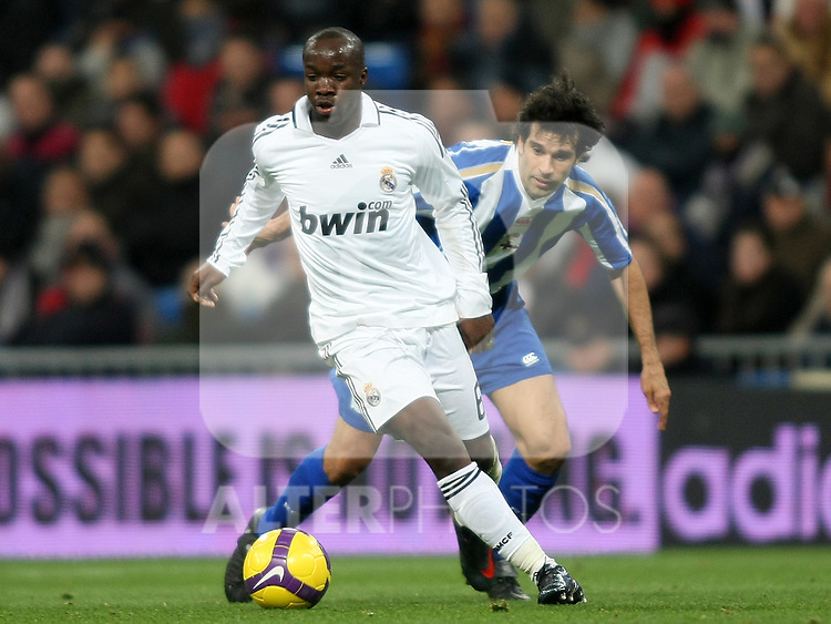 Real Madrid's Lass Diarra (l) and Deportivo de la Coruna's Juan carlos Valeron (r) during La Liga match.January 25 2009. (ALTERPHOTOS/Acero).