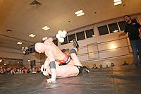 Bad Bones John Klinger gegen Patrick Schulz (unten) beim Wettbewerb 3-Way, die Zuschauer haben Spaß