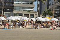 Guarujá, SP - 11 de julho de 2013 - Em dia de protestos pelo Brasil, muitos paulistanos aproveitaram o dia de inverno com sol para ir a praia. ( Foto: Mauricio Bento - Brazil Photo Press )