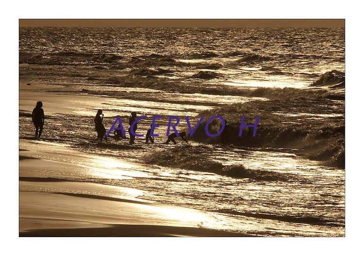 """Distrito de BelÈm, a ilha de Mosqueiro situada a  a 70 km do centro da capital paraense,  possui 17 Km de praias  de ·gua doce, com movimento de marÈ, as mais conhecidas s""""o:   Are""""o; Trapiche; Do Bispo; Praia grande; Prainha; Farol (Ilha do Amor); ChapÈu Virado; Marahu; Porto Artur; Murubira; Ariramba; S""""o Francisco, Carananduba; ParaÌso; BaÌa do Sol.<br /> <br /> Mosqueiro, uma ilha   fluvial localizada na costa oriental do rio Par·, no braÁo sul do rio Amazonas, em frente ‡ baÌa do Guajar·. Possui uma ·rea de aproximadamente 212 km≤ <br /> O nome """"Mosqueiro"""" È origin·rio da antiga pr·tica do """"moqueio"""" do peixe pelos indÌgenas tupinamb·s que habitavam a ilha.<br /> <br /> No inÌcio dos anos 80 os velejadores descobriram as potencialidades da ilha para a pr·tica de windsurf e vela de um modo geral.Por mais de vinte anos,foi point obrigatÛrio para os iatistas paraenses,inclusive os velejadores Torben Grael e Robert Sheidt j· estiveram por l·<br /> <br /> Ilha do Mosqueiro, BelÈm, Par·, Brasil.<br /> Foto Paulo Santos/Acervo H<br /> 27/09/2009"""