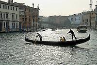 Traghetto traversant le Grand Canal avec 2 passagers non loin du pont de l'Academia.