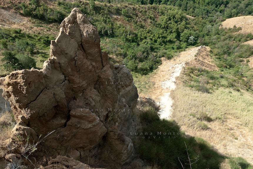 Valle dei Calanchi. Formazione tufacea percorsa da spaccature. Civita di Bagnoregio, 11 luglio 2012...