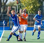 UTRECHT - Jip Janssen (Kampong) met Roel Bovendeert (Bldaal)     tijdens   de hoofdklasse competitiewedstrijd mannen, Kampong-Bloemendaal (2-2) . COPYRIGHT   KOEN SUYK