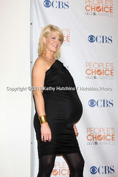 Jenna Elfman.in the Press Room at the 2010 People's Choice Awards.Nokia Theater.January 6, 2010.©2010 Kathy Hutchins / Hutchins Photo.