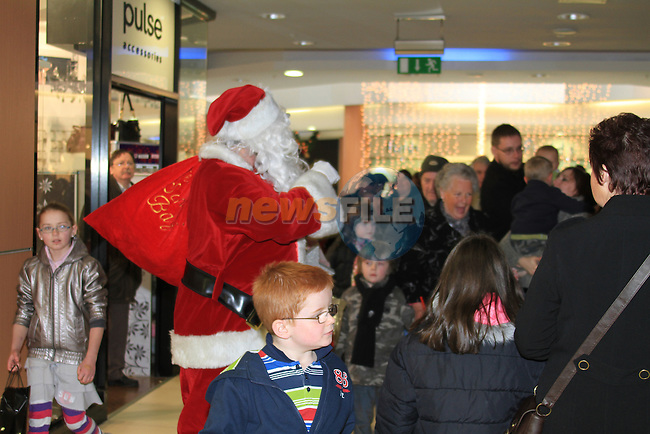 Santa Arrives in the Laurence town centre.Photo: Fran Caffrey/www.newsfile.ie...
