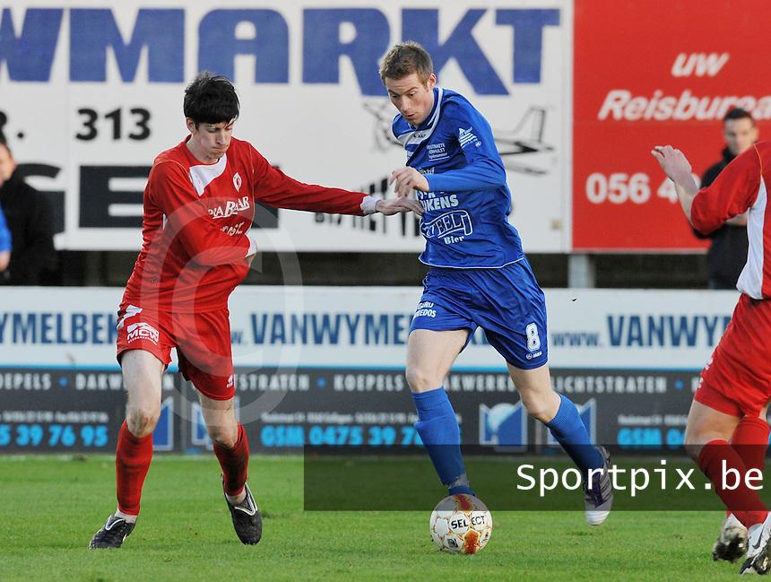 FC Gullegem - OMS Ingelmunster : Quentin Santele aan de bal voor Sam Caes (links).foto VDB / BART VANDENBROUCKE