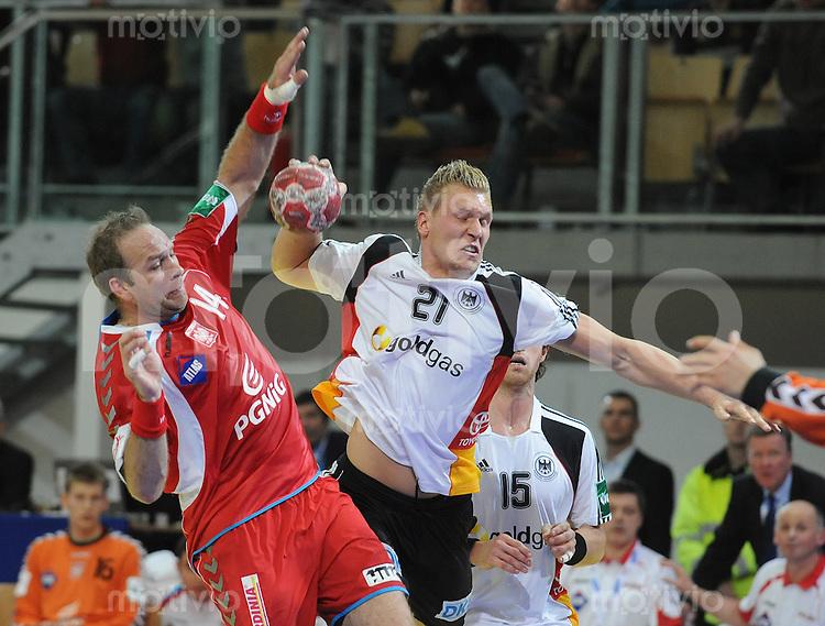 Handball EM Herren 2010 Vorrunde Deutschland - Polen 19.01.2010 Mariusz Jurasik (POL links) gegen Lars Kaufmann (GER)