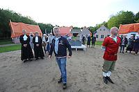 ALGEMEEN: KATLIJK: Bisschoplaan (weiland omzoomd door bomen), 06-06-2012, Kostuumrepetitie Iepenloftspul Ketlik-Mildam 'De Hear fan Ocksefurd', Earste dokter (Rob Bergsma), Twadde dokter (Germ Hosper), Hear fan Ocksefurd (Frits Oosterhof), Skarlún (Henk Roskammer), Dorpelingen (Figurantenkoar), ©foto Martin de Jong