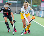 AMSTELVEEN - Imme van der Hoek (DenBosch) met Noor de Baat (Adam)    tijdens de hoofdklasse hockeywedstrijd dames,  Amsterdam-Den Bosch (1-1).   COPYRIGHT KOEN SUYK
