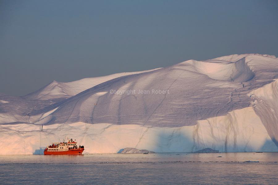 Découverte de l'Isfjord ou fjord de glace  ou en petits bateau de peche sous le soleil de minuit..