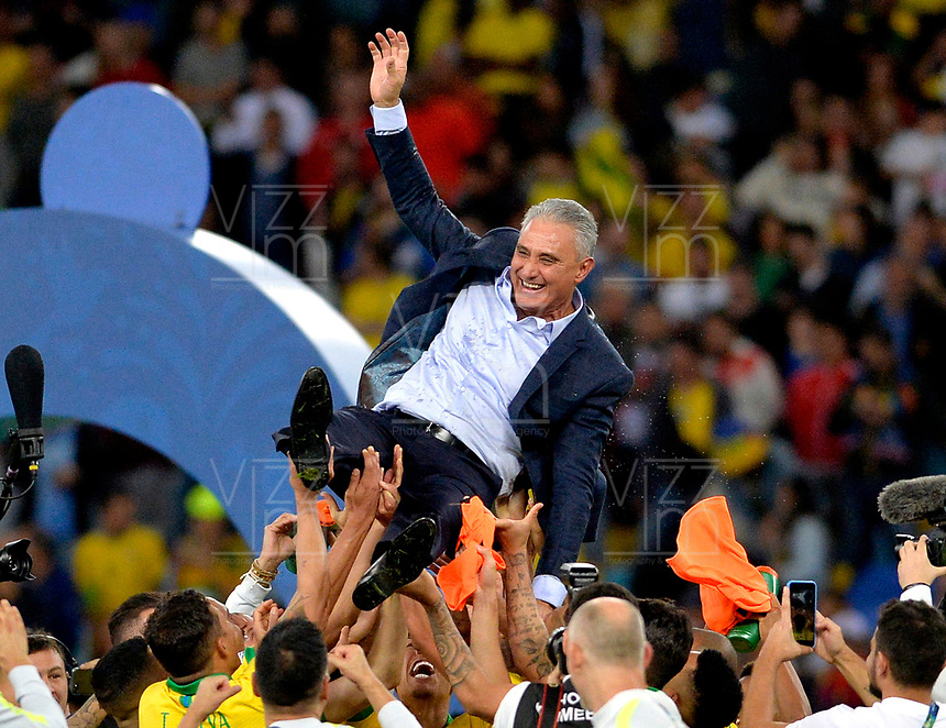 RIO DE JANEIRO – BRASIL, 7-07-2019: Jugadores de  Brasil celebran con Adenor Bachi al ganar La Copa América 209 ante Perú durante partido por la final de la Copa América Brasil 2019 entre Brasil y Perú jugado en el Maracá. /<br /> Brazilian players celebrate with Adenor Bachi by winning the Copa America 209 against Peru during the Copa America Brazil 2019  final match between Brasil and Peru played at Maracana stadium in Rio de Janeiro, Brazil. Photos: VizzorImage / Cristian Álvarez / Cont /