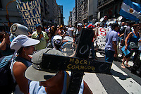 BUENOS AIRES, ARGENTINA, 17 JANEIRO DE 2012 - CAMELÔS BUENOS AIRES - Camelôs que trabalham na rua Florida, no centro de Buenos Aires, protestam contra o prefeito da cidade, Mauricio Macri, que pretende tirar os ambulantes do local. Na tarde desta terca sexta-feira, na Argentina. (FOTO: PATRICIO MURPHY - NEWS FREE).