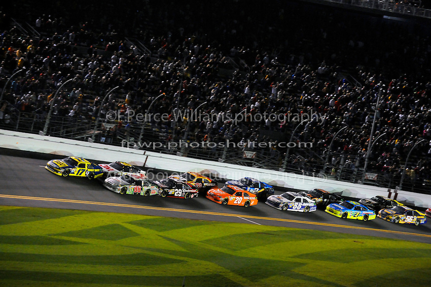 Matt Kenseth (#17) leads in the closing laps.