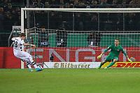 Andre Hahn (Borussia Mönchengladbach) trifft im Elfmeterschießen gegen Torwart Lukas Hradecky (Eintracht Frankfurt) zum 3:2 - 25.04.2017: Borussia Moenchengladbach vs. Eintracht Frankfurt, DFB-Pokal Halbfinale, Borussia Park