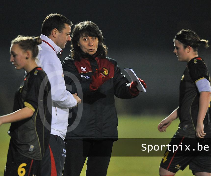 Belgium Dames U19 - selectie brabant jongens U15 :  Fery Ferraguzzi in gesprek.foto DAVID CATRY / Vrouwenteam.be