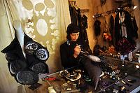 Gli artigiani e artisti di San Lorenzo..Myriam Bottazzi, stilista e designer di accessori per l'abbigliamento e bijoux nel suo atelier. .The craftsmen and the artists of the district of San Lorenzo. .Myriam Bottazzi, stylist and designer clothing accessories and bijoux in his atelier...
