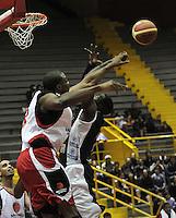 BOGOTA - COLOMBIA - 26-02-2013: Jeff Jahnbullen (Der.) de Piratas de Bogotá, disputa el balón con Omar Sanders (Izq.) de Halcones de Cúcuta, febrero 26 de 2013. Piratas y Halcones en cuarta fecha de  la Liga Directv Profesional de baloncesto en partido jugado en el Coliseo El Salitre. (Foto: VizzorImage / Luis Ramírez / Staff). Jeff Jahnbullen (R) of Piratas from Bogota, fights for the ball with Omar Sanders (L) of Halcones from Cucuta, February 26, 2013. Pirates and Halcones in the fourth match the Directv Professional League basketball, game at the Coliseum El Salitre. (Photo: VizzorImage / Luis Ramirez / Staff). .