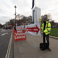 Sostenitori della Brexit davanti alla sede del Parlamento inglese a Londra<br />