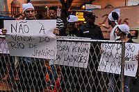 RIO DE JANEIRO; RJ; 01 DE MARÇO 2013 - Manifestantes contrários à especulação imobiliária e as obras feitas no Rio de Janeiro para os Jogos Olímpicos e Copa do Mundo foram também na inauguração do Museo de Arte do Rio de Janeiro (MAR) no dia dos 448 anos da cidade. FOTO: NÉSTOR J. BEREMBLUM - BRAZIL PHOTO PRESS.