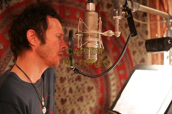 SCOTT WEILAND of VELVET REVOLVER.in studio at Henson Recording Studio in Hollywood, L.A. California, USA, February 12th 2007..los angeles portrait headshot profile  microphone profile band music .CAP/DVS.©Debbie VanStory/Capital Pictures
