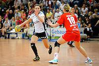 links Angie Geschke (VFL) am Ball gegen rechts Laura Steinbach (TSV)
