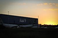 Campinas (SP), 04/05/2020 - Transporte-SP - Galpão da companhia aérea Azul no aeroporto de Viracopos em Campinas, interior de São Paulo, no final da noite desta desta segunda-feira (04). Azul teve prejuízo de R$ 2,3 bilhões no 4º trimestre e suspendeu previsões para 2020 por coronavírus.