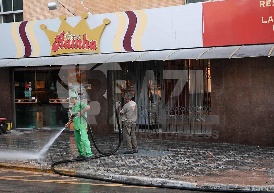 SÃO BERNARDO DO CAMPO, SP,08 FEVEREIRO 2012-.Funcionarios da Prefeitura de Sao Bernardo do Campo lava a Rua enfrente do Predio na manha de hoje..  Desabamento  prédio comercial, na esquina da avenida Índico com a rua Jurubatuba, no centro de São Bernardo do Campo, no ABC, desabarem parcialmente por volta das 19h40 desta segunda-feira (6).(FOTO: ADRIANO LIMA - NEWS FREE).