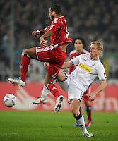 FUSSBALL   1. BUNDESLIGA   SAISON 2011/2012   23. SPIELTAG Borussia Moenchengladbach - Hamburger SV         24.02.2012 Dennis Aogo (li, Hamburger SV) gegen Mike Hanke (re, Borussia Moenchengladbach)